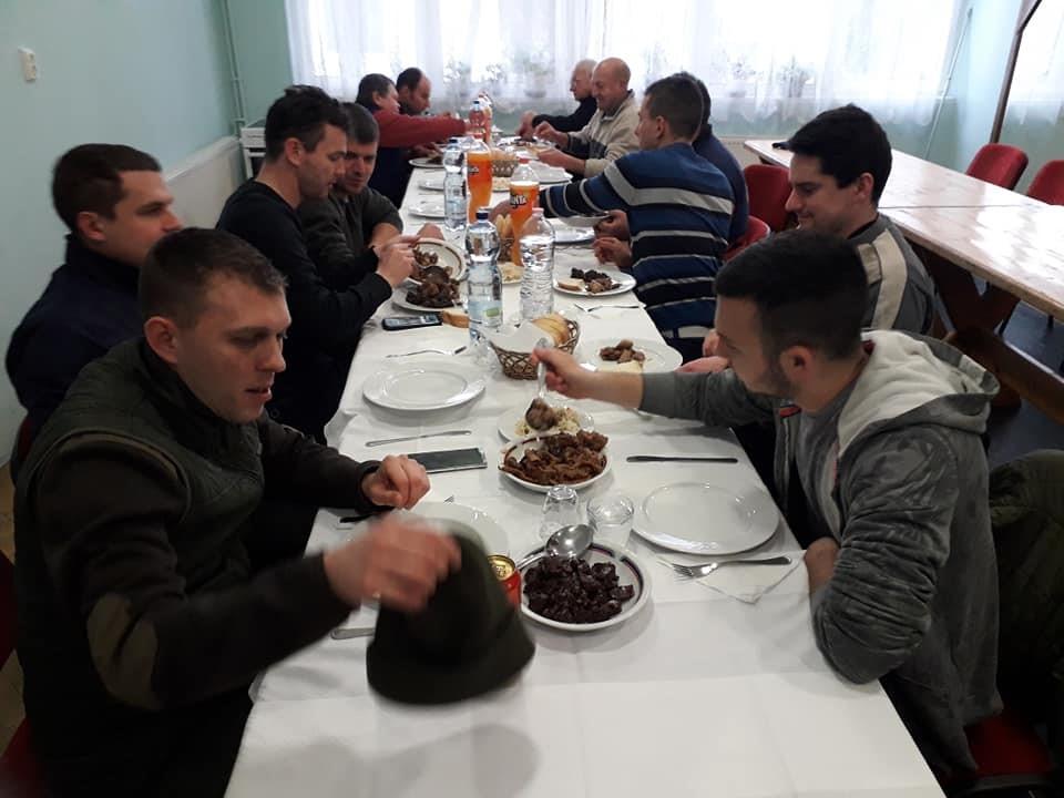 A képen személy, asztal, beltéri, csoport látható  Automatikusan generált leírás