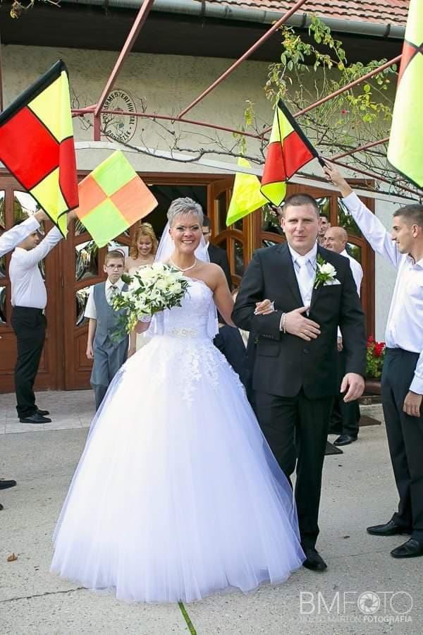 A képen személy, állás, esernyő, nő látható  Automatikusan generált leírás